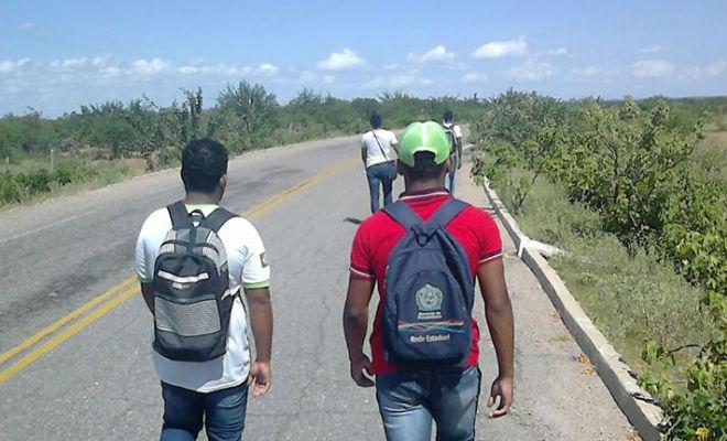 Resultado de imagem para alunos sem transporte escolar caminhando